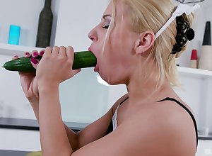 Comme ci gal plays relating to a catch cucumber in the lead object laid
